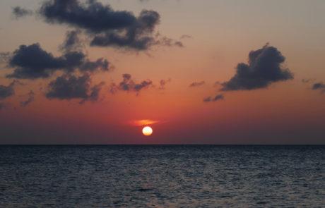 Sonnenuntergang über dem Meer auf der Isla Holbox
