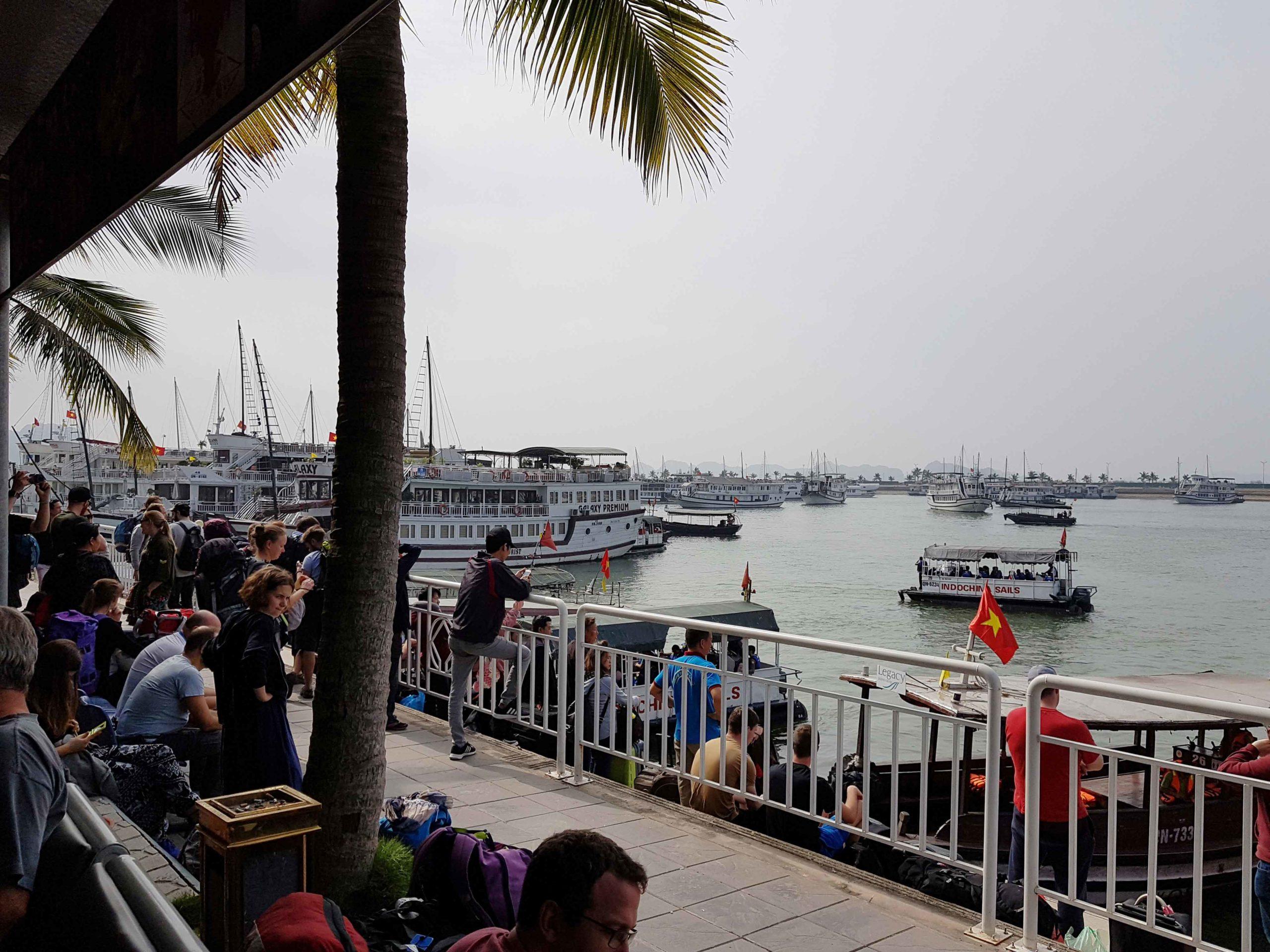 Der Kai von Bai Chay von wo aus die Boote in der Ha-Long-Bucht in Vietnam ablegen