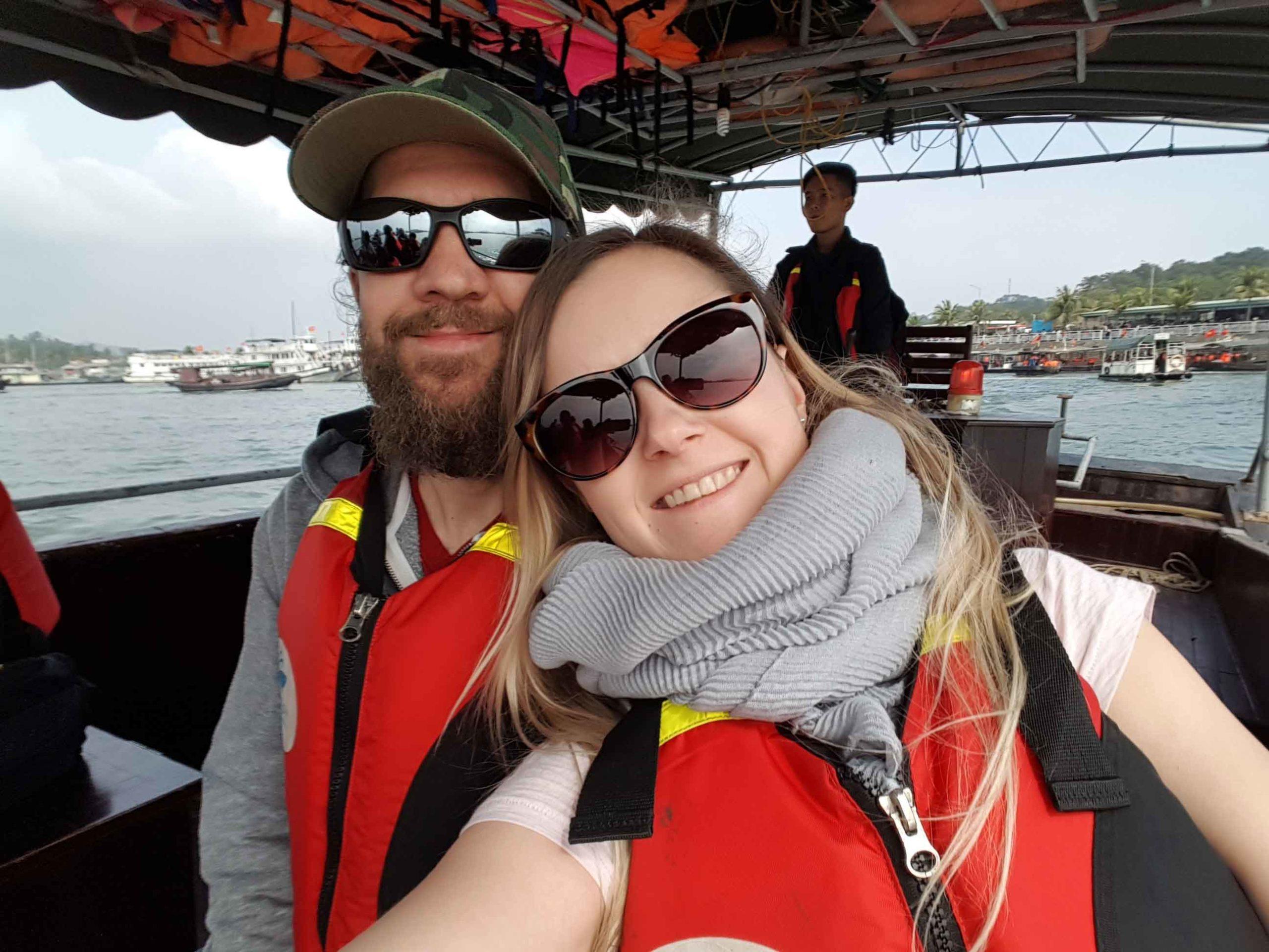 Silvia und Alex auf dem Boot mit Schwimmwesten unterwegs zum Ausflugsboot in die Ha-Long-Bay in Vietnam