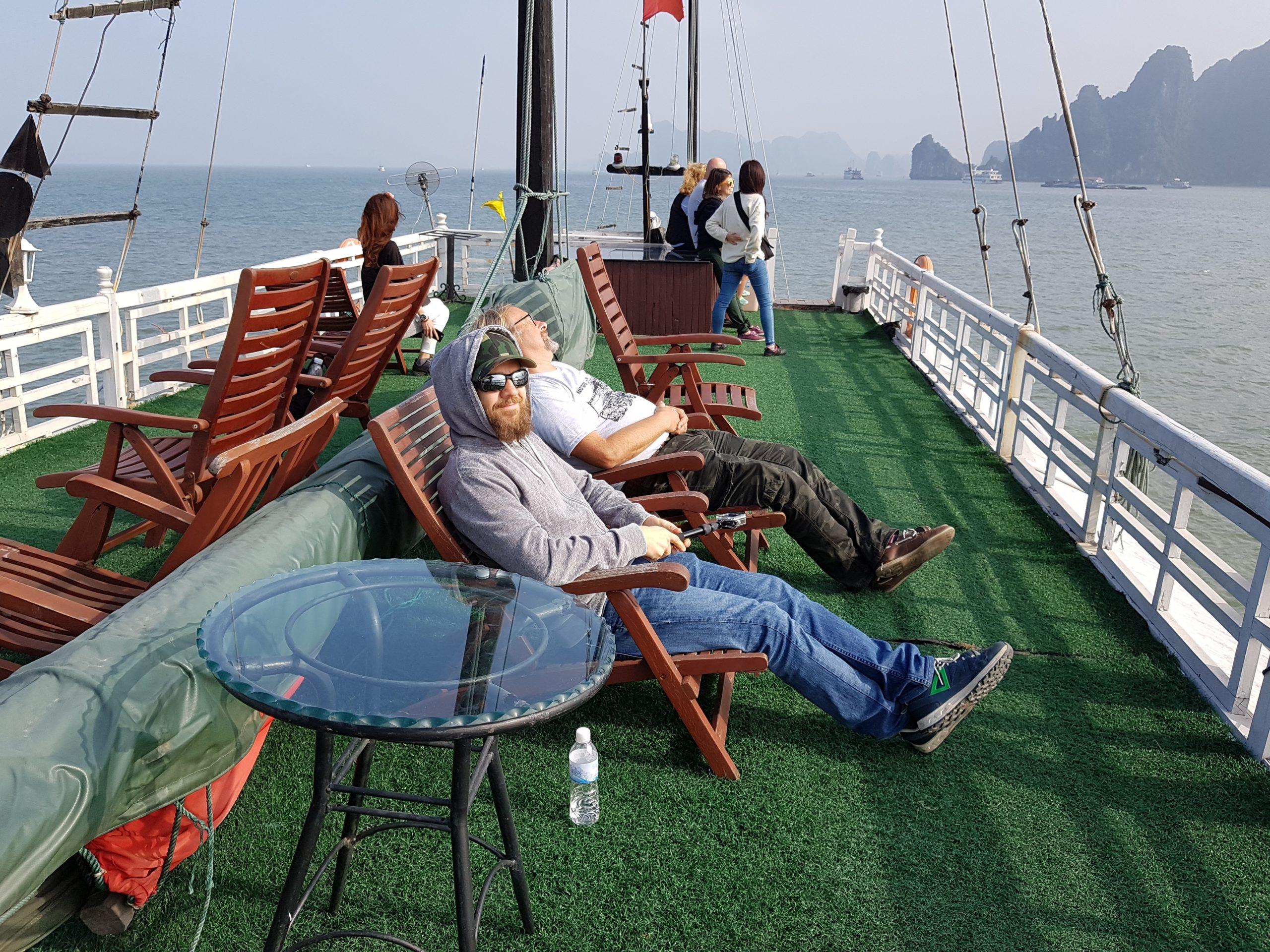 Am windigen Sonnendeck auf unserem Boot in der Ha-Long-Bay in Vietnam