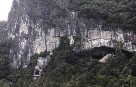 Der Eingang zur Surprise Cave, der Sung Sot Höhle in der Ha-Long-Bay in Vietnam