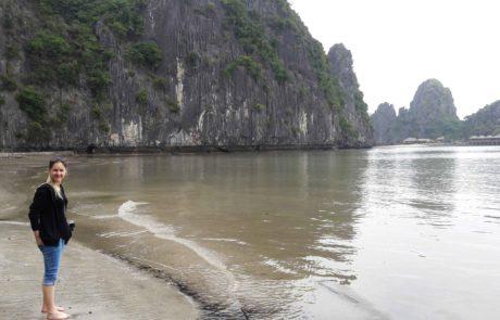 Ebbe am Strand einer kleinen Insel in der Ha-Long-Bay in Vietnam