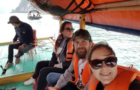 Auf dem Holzboot unterwegs nach Cat Ba Island in der Ha-Long-Bay in Vietnam