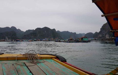 Schwimmende Dörfer auf dem Weg nach Cat Ba Island in der Ha-Long-Bay in Vietnam