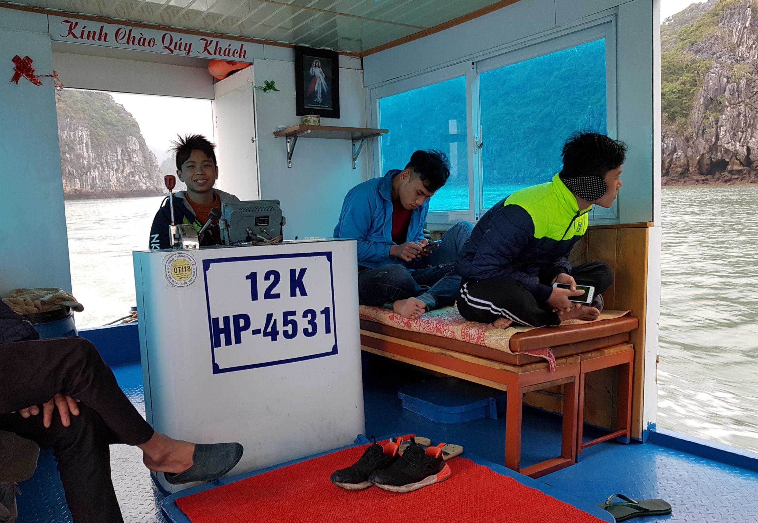 Junger Kapitän auf dem Boot von Cát Bà in die Halong Bucht