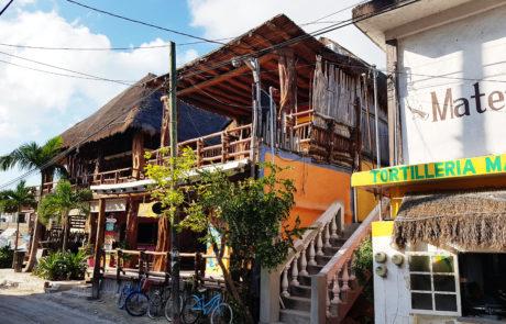 Unbefestigte Straßen auf der autofreien Insel Holbox in Mexiko