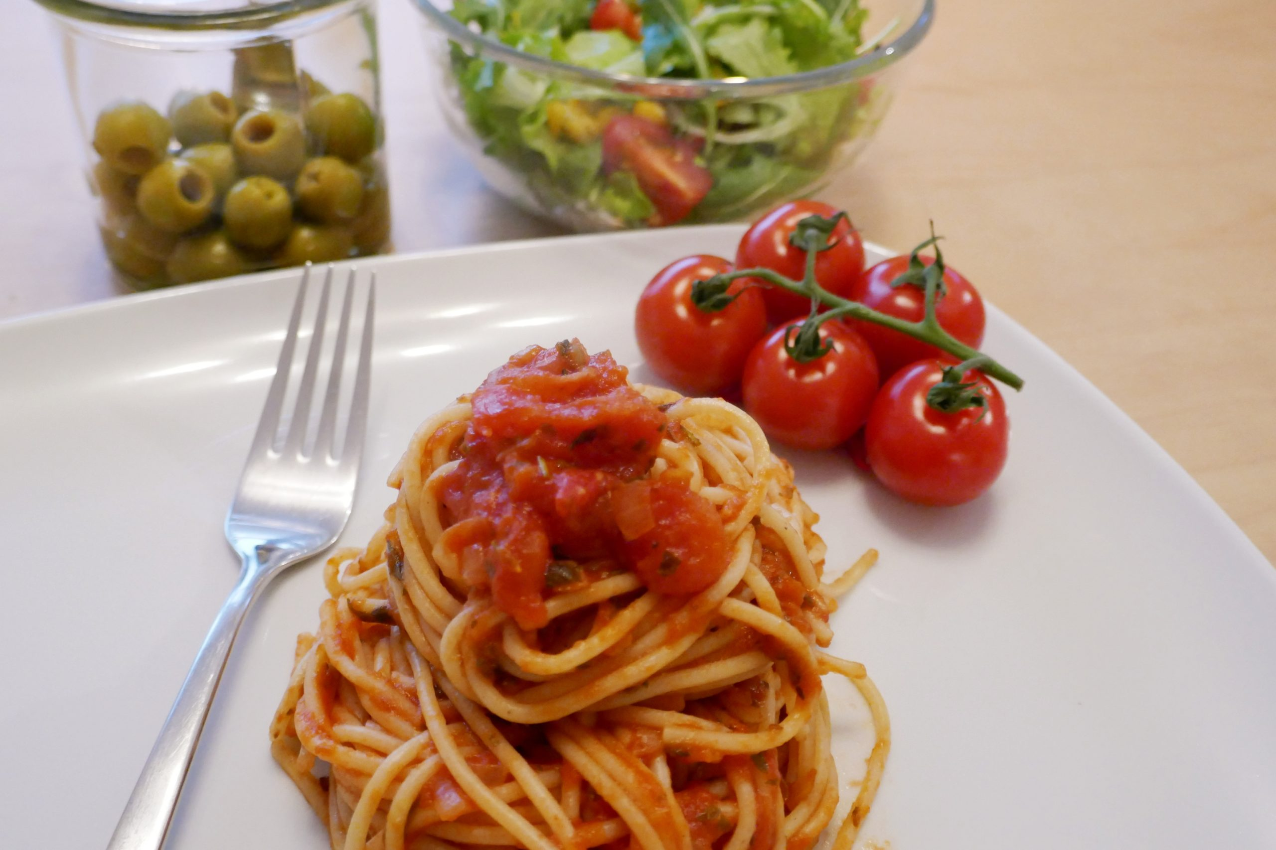Spaghetti alla Napoletana, Spaghetti al Pomodoro, Spaghetti ai pomodori, Spaghetti mit Tomatensauce, Pasta, Cocktailtomaten, Oliven, Salat
