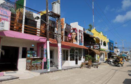 Unbefestigte, autofreie Straßen mit bunten Häusern auf der Isla Holbox in Mexiko