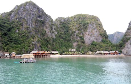 Strandbungalows in der Ha-Long-Bay in Vietnam