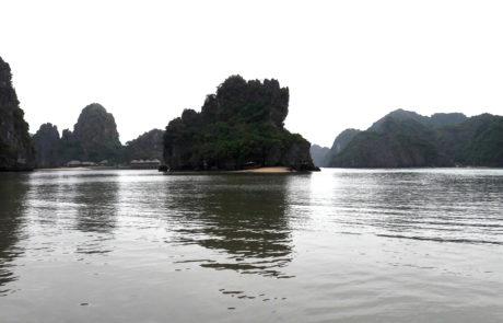 Eine kleine Insel bei Cat Ba Island in der Ha-Long-Bay in Vietnam