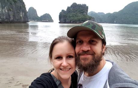 Silvia und Alex bei Ebbe am Strand einer kleinen Insel in der Ha-Long-Bay in Vietnam