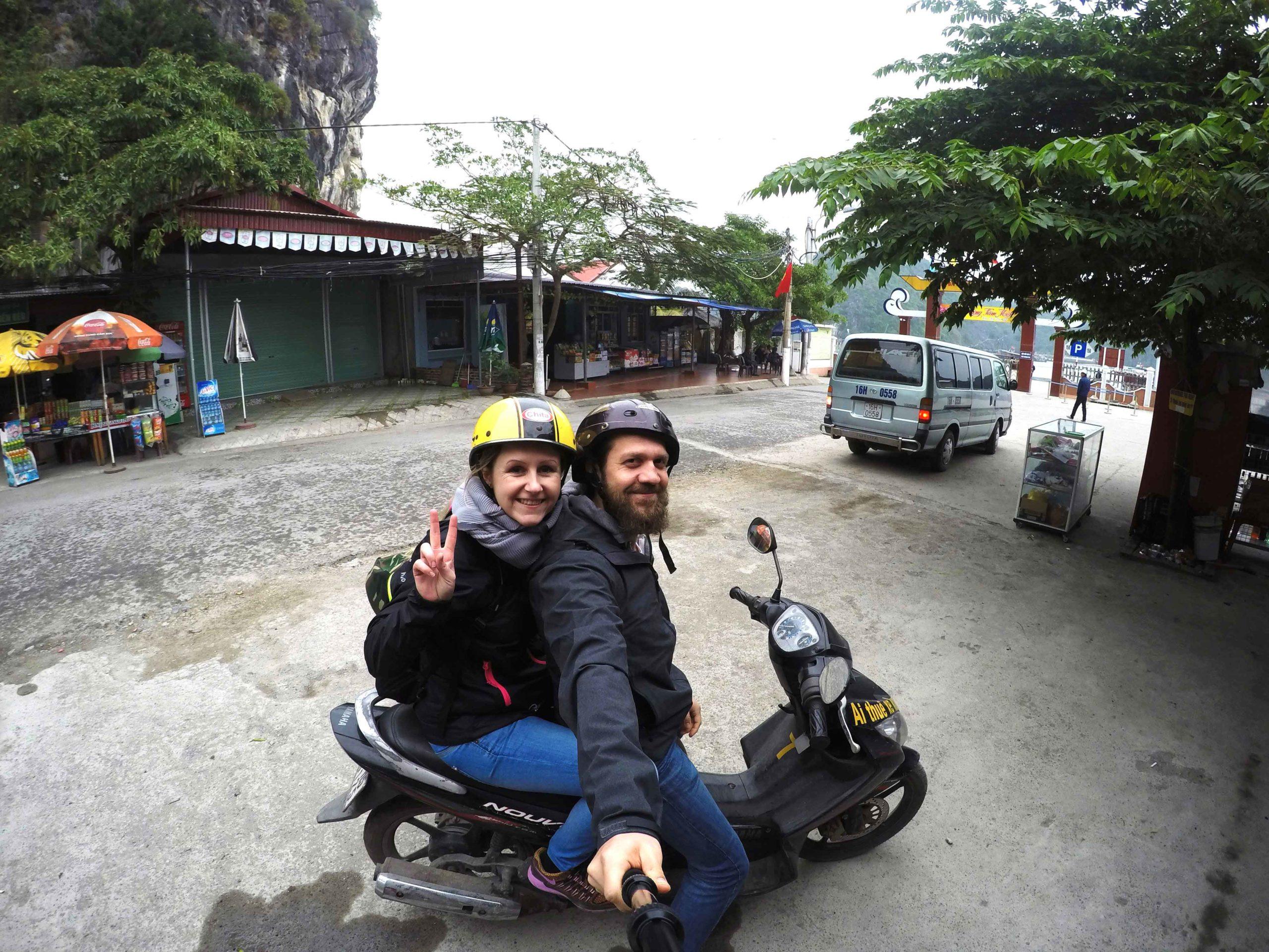 Silvia und Alex mit dem Scooter auf Cát Bà Island in der Ha-Long-Bay in Vietnam