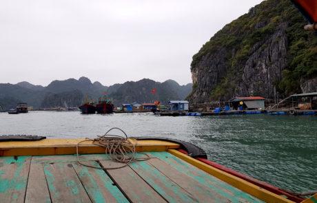 Schwimmende Dörfer bei Cát Bà Island in der Ha-Long-Bay in Vietnam