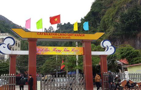 Am Kai von Cat Ba Island in der Ha-Long-Bay in Vietnam