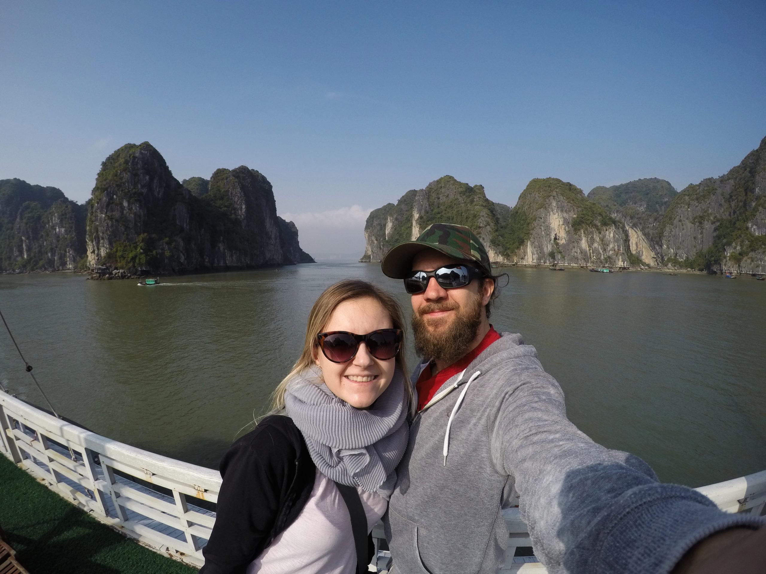Silvia und Alex am Deck des Ausflugsboots in der Ha-Long-Bay in Vietnam