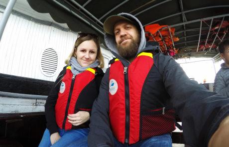 Silvia und Alex mit Schwimmweste am Boot auf dem Weg zum Kajaking in der Ha-Long-Bay
