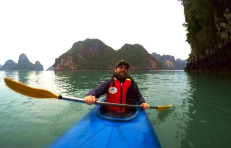 Alex beim Kajaking in der Ha-Long-Bay in Vietnam