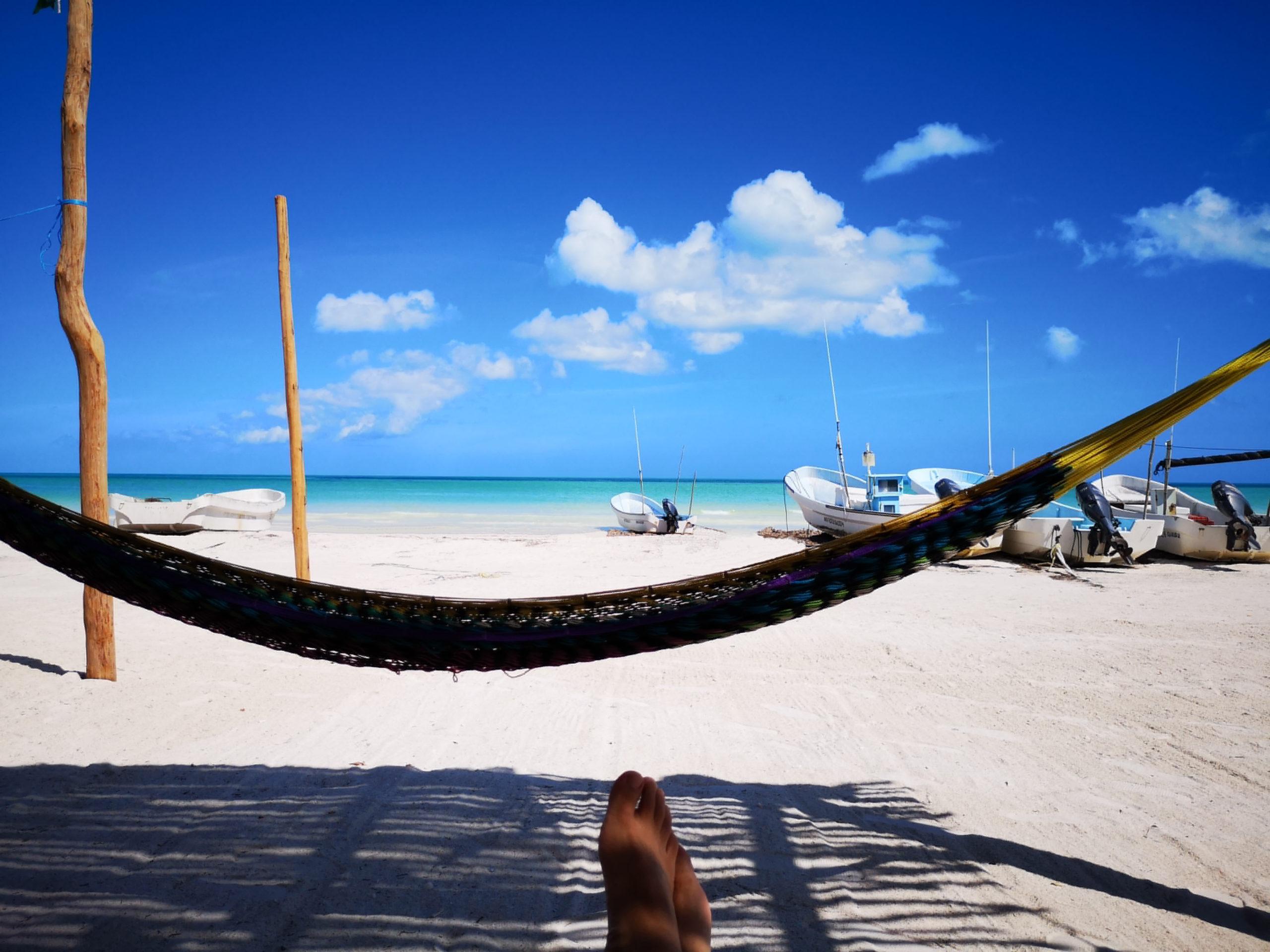 Chillen mit Hängematte im Beach Club am Strand von der Isla Holbox in Mexiko