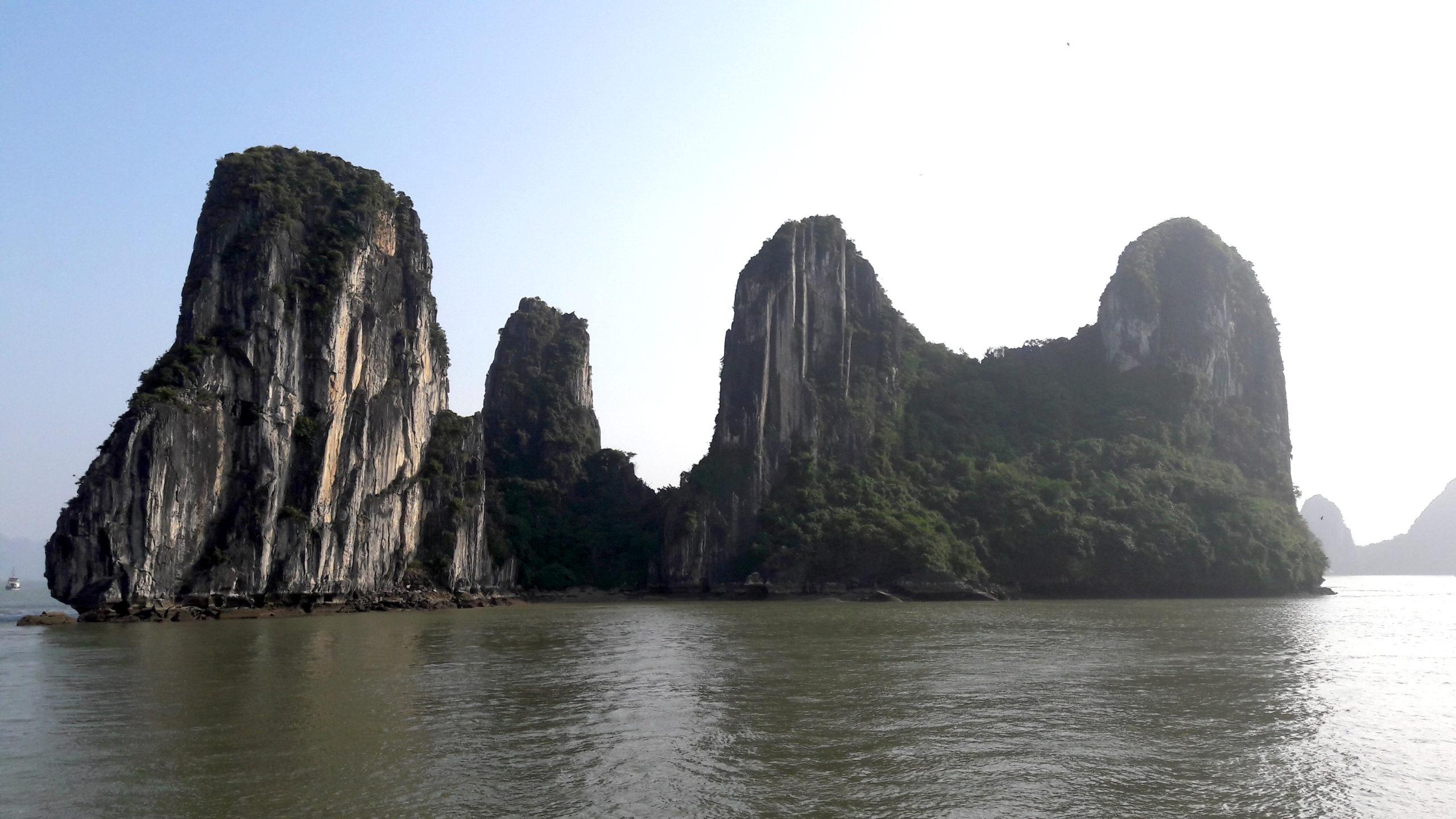 Kalksteinfelsen in der Ha-Long-Bay in Vietnam