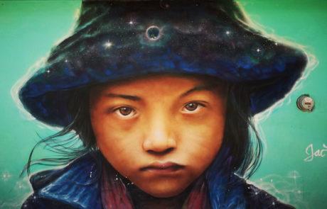 Straßenkunst, Streetart, trauriges Mädchen an einer Wand auf Isla Holbox