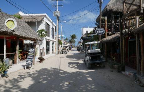 Unbefestigte, autofreie Straßen mit Golfcarts auf der Isla Holbox in Mexiko