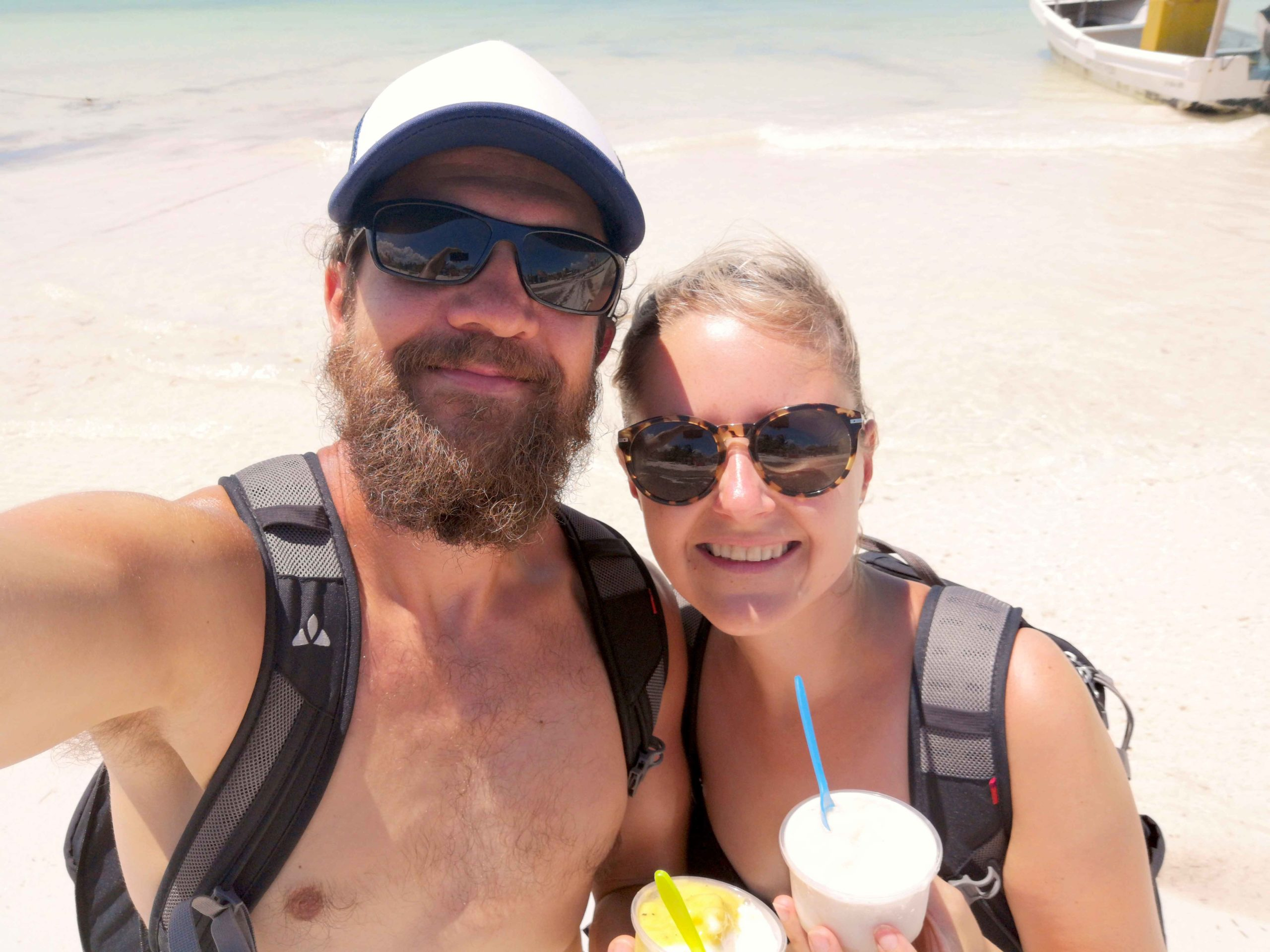 Alex und Silvia mit Eiscréme am weißen Sandstrand der Isla Holbox in Mexiko