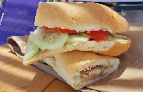 Sandwich mit Frijoles Refritos, frischen Gurken und Tomaten