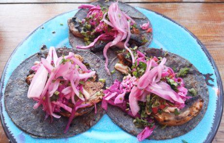 Bunte Tacos mit gebratenem Gemüse, Sauergemüse und Salsa am Holbox Foodie Market in Mexiko