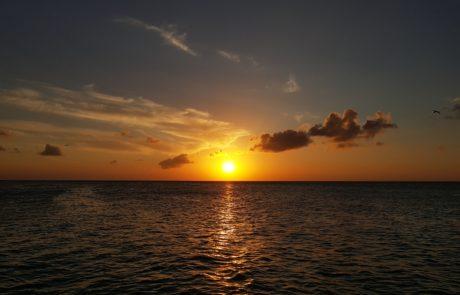 Sonnenuntergang über dem Meer am Steg des Playa Holbox in Mexiko