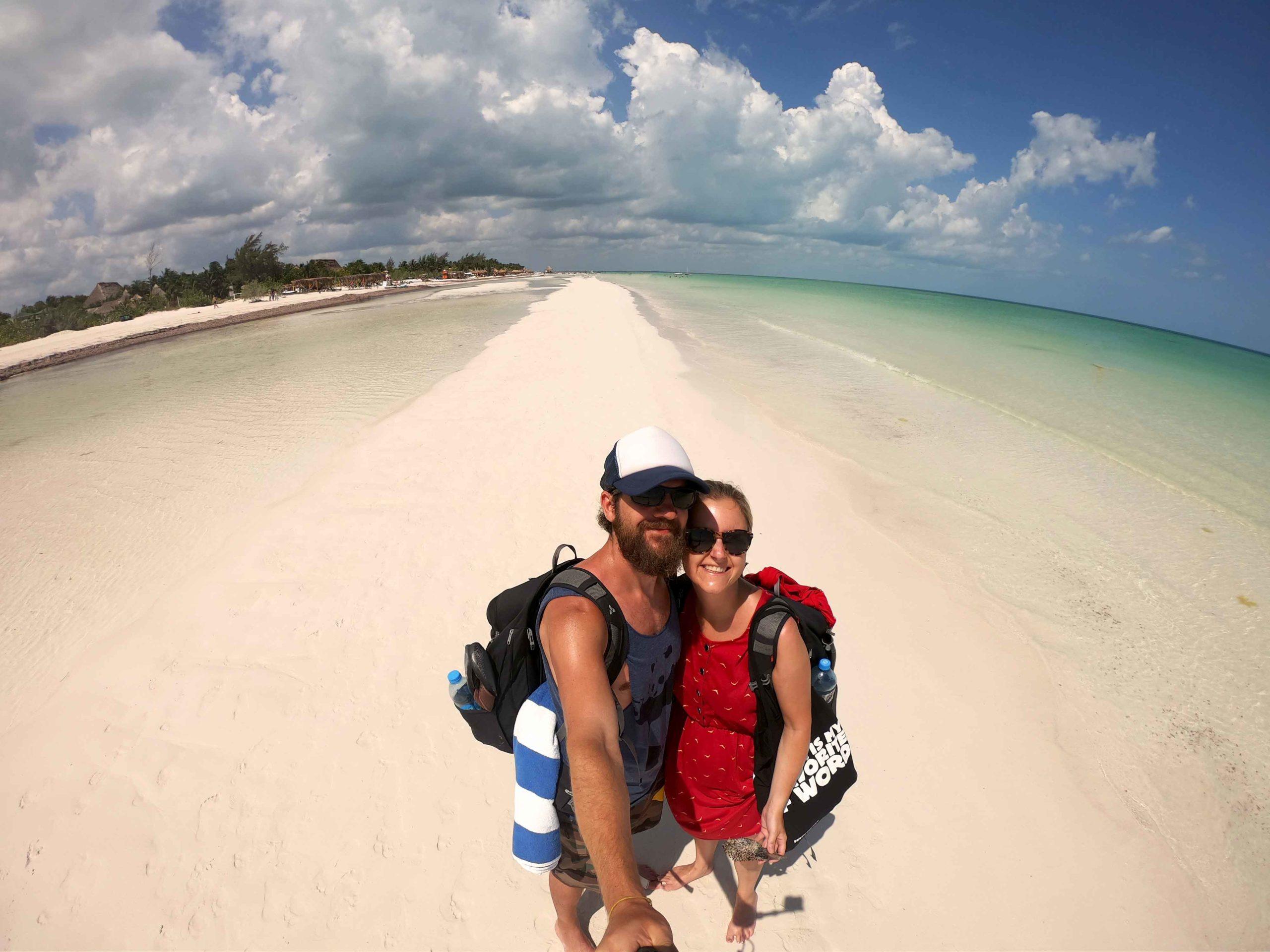 Silvia und Alex am weißen Sandstrand auf der Isla Holbox in Mexiko