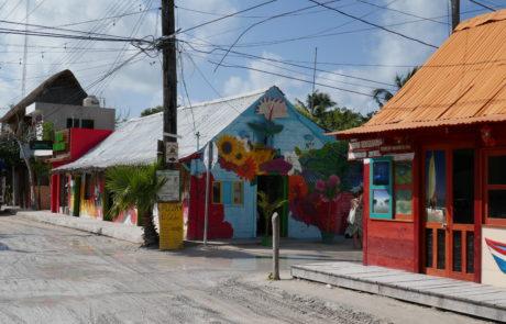Bemaltes Restaurant und Café auf Isla Holbox in Mexiko