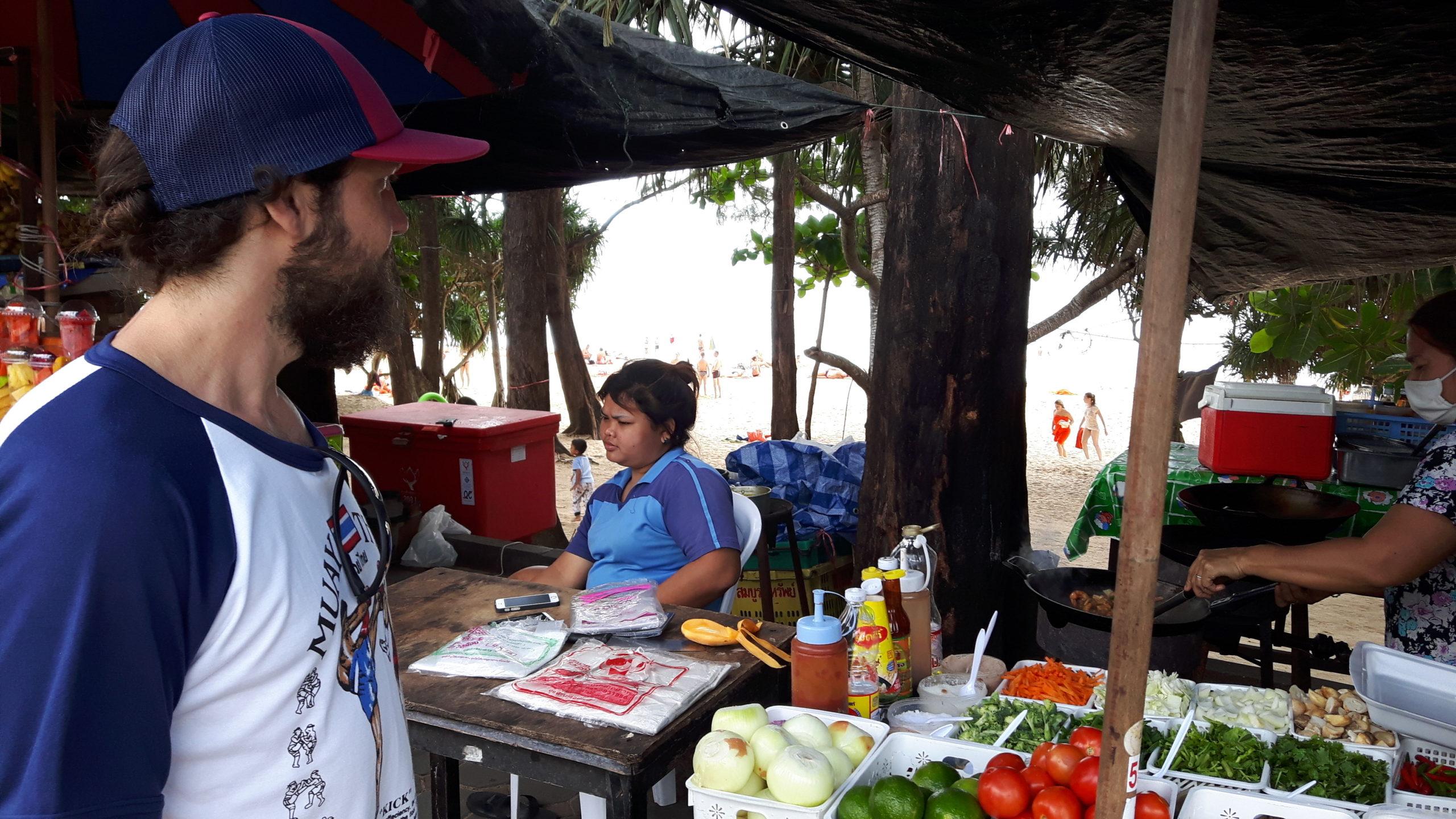 Mann am Street Food Stand in Phuket Thailand