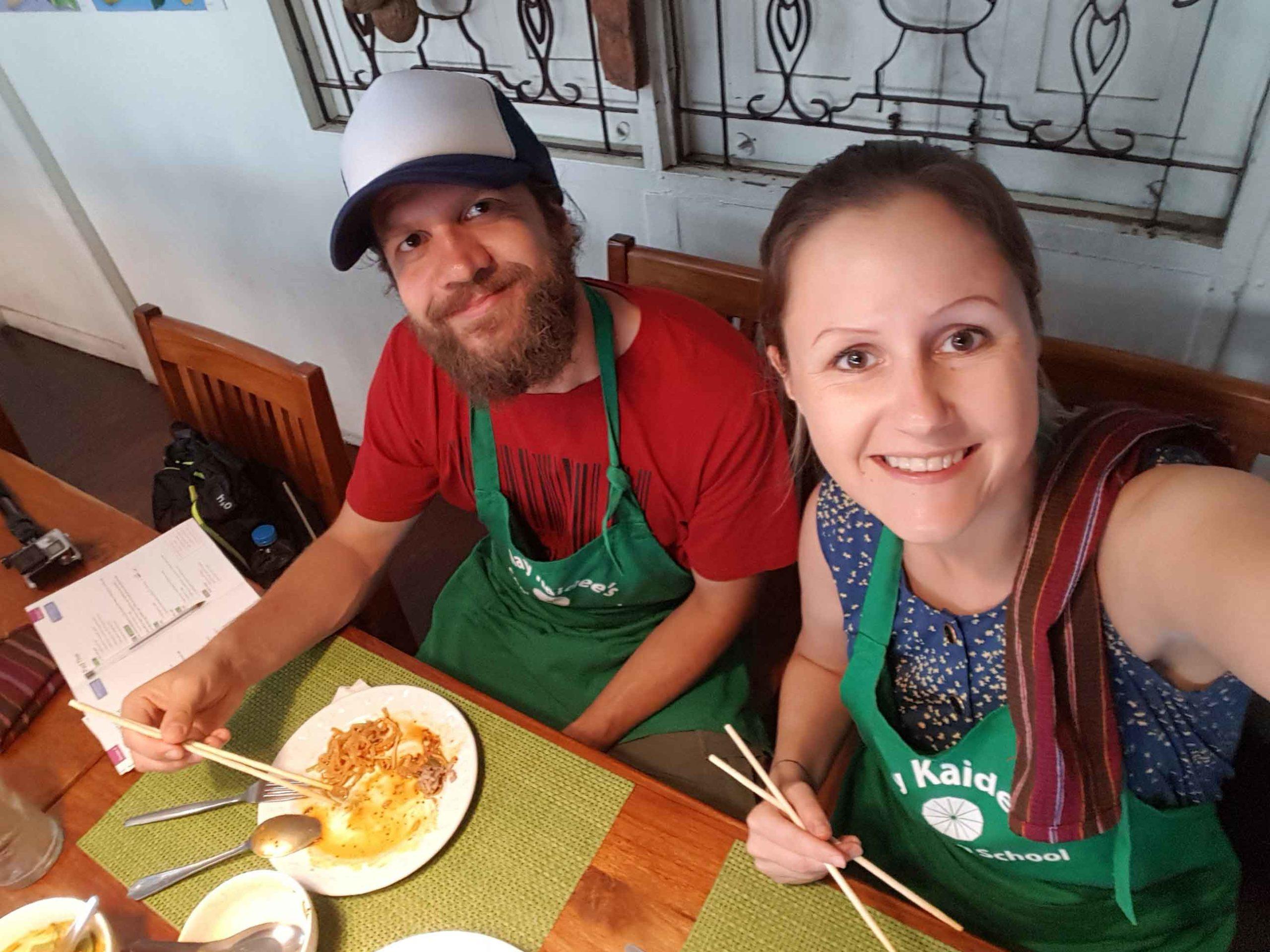 Silvia und Alex beim Essen in May Kaidee's Cooking School in Bangkok, Thailand