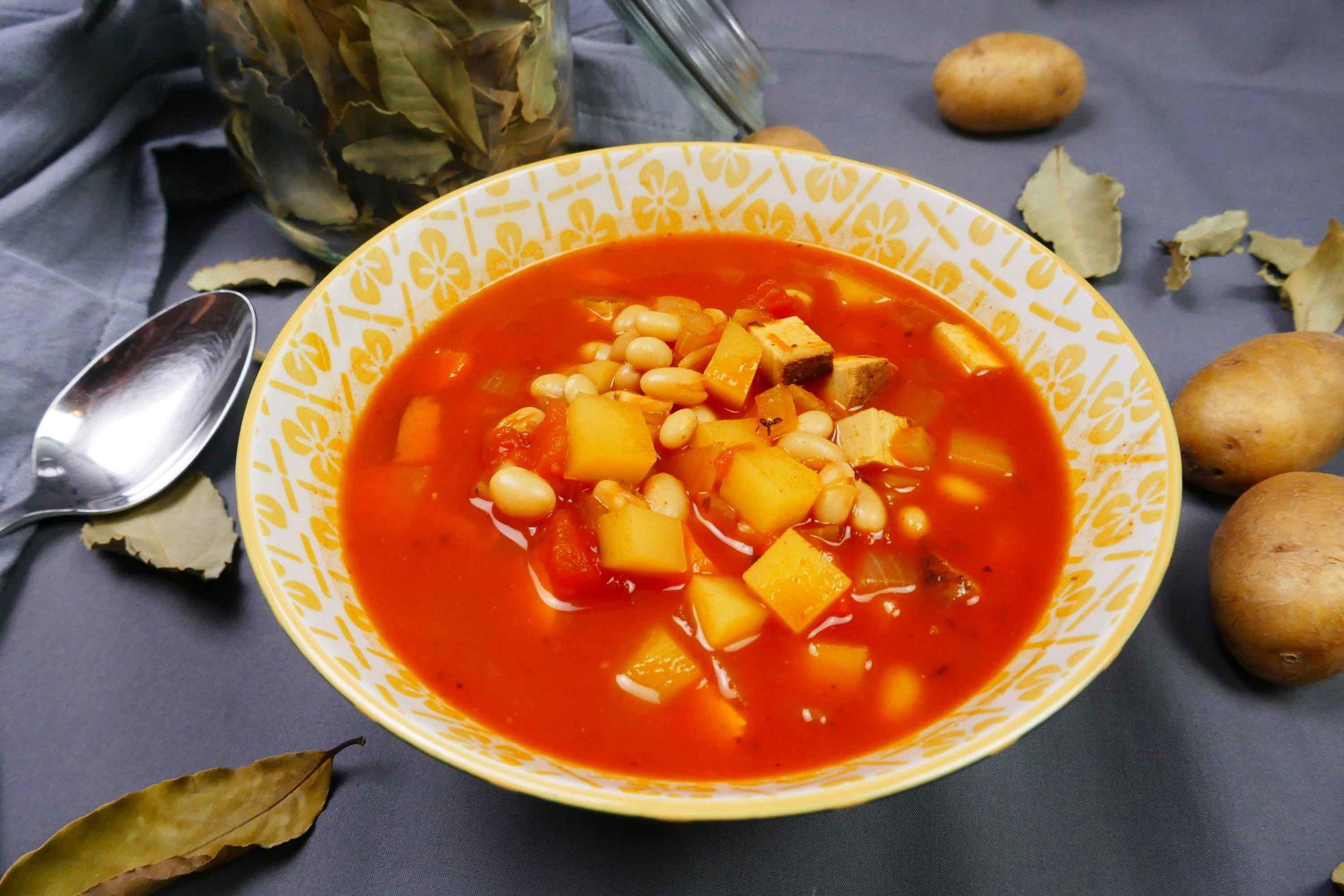 Vegane Serbische Bohnensuppe mit geräuchertem Tofu, weißen Bohnen und Kartoffeln in Schüssel