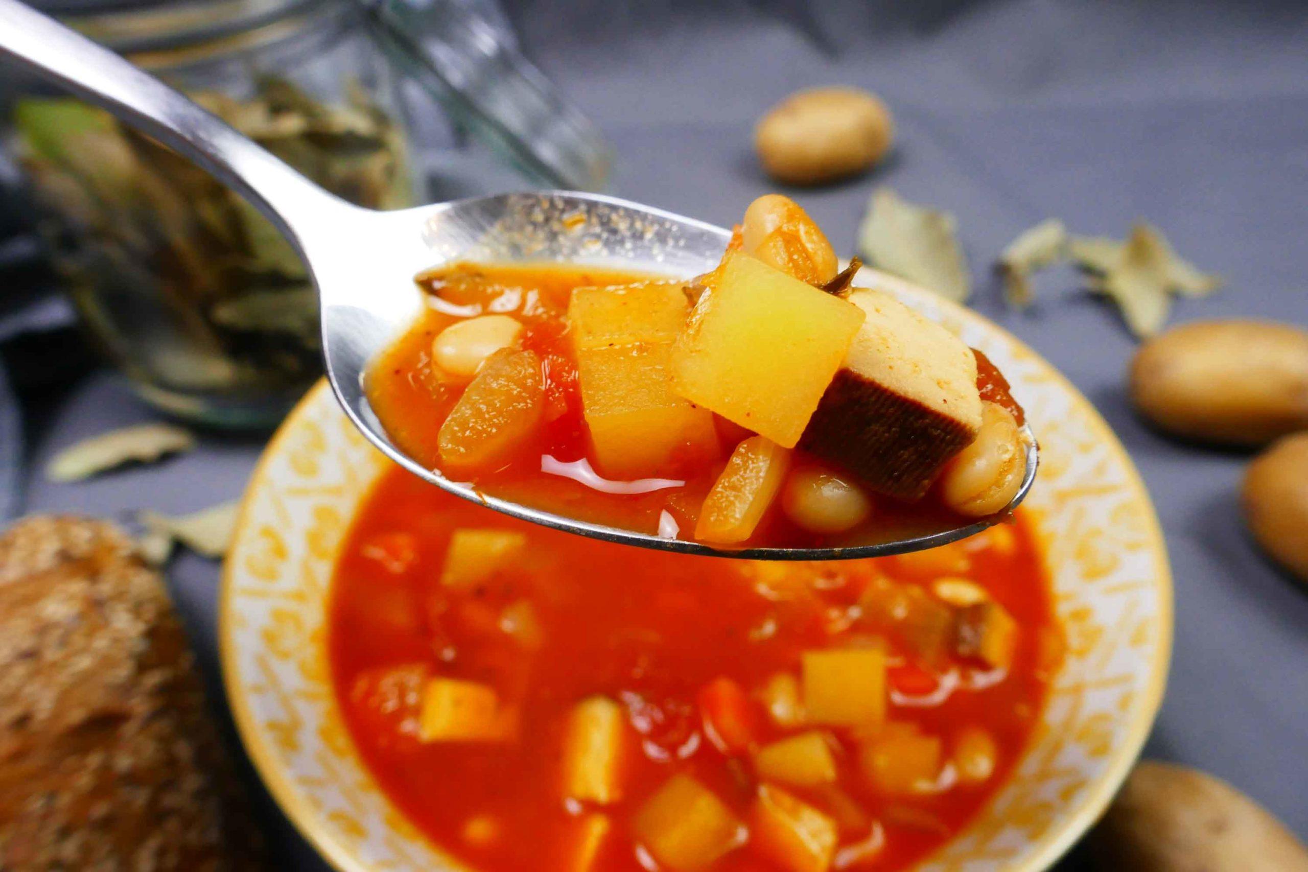 Fertig gekochte vegane Serbische Bohnensuppe in der Schüssel serviert in einer Schüssel und auf einem Löffel
