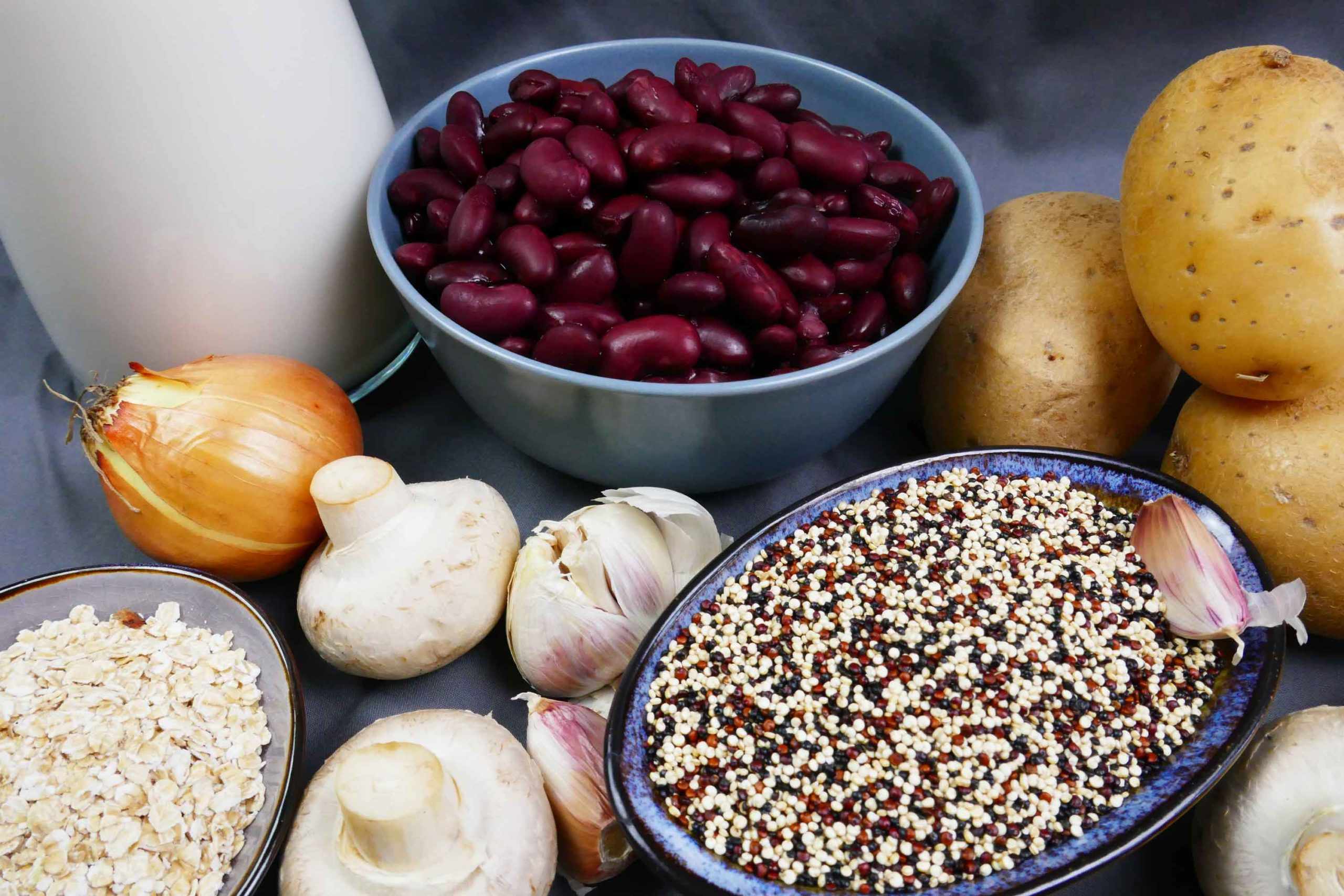 Zutaten veganer Quinoabraten, rote Kidneybohnen, Quinoa, Champignons, Zwiebel, Knoblauch