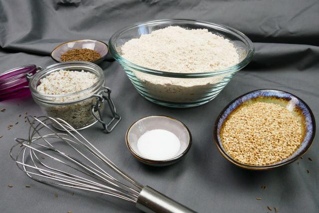 Zutaten für Dinkelvollkornbrot, Mehl Salz Sesam Kümmel