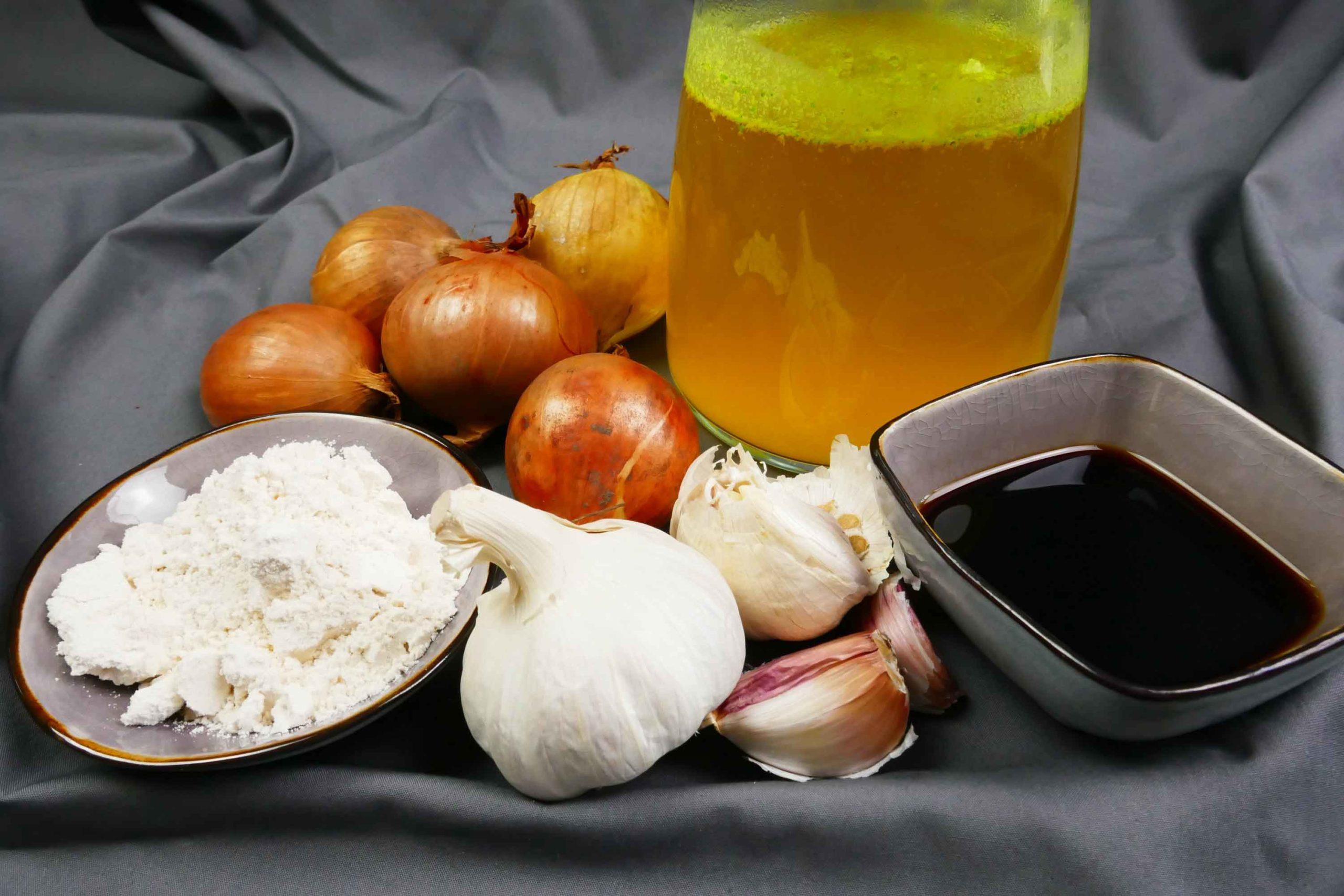 Vegane Bratensauce Zutaten Gemüsesuppe, Zwiebel, Knoblauch, Sojasauce