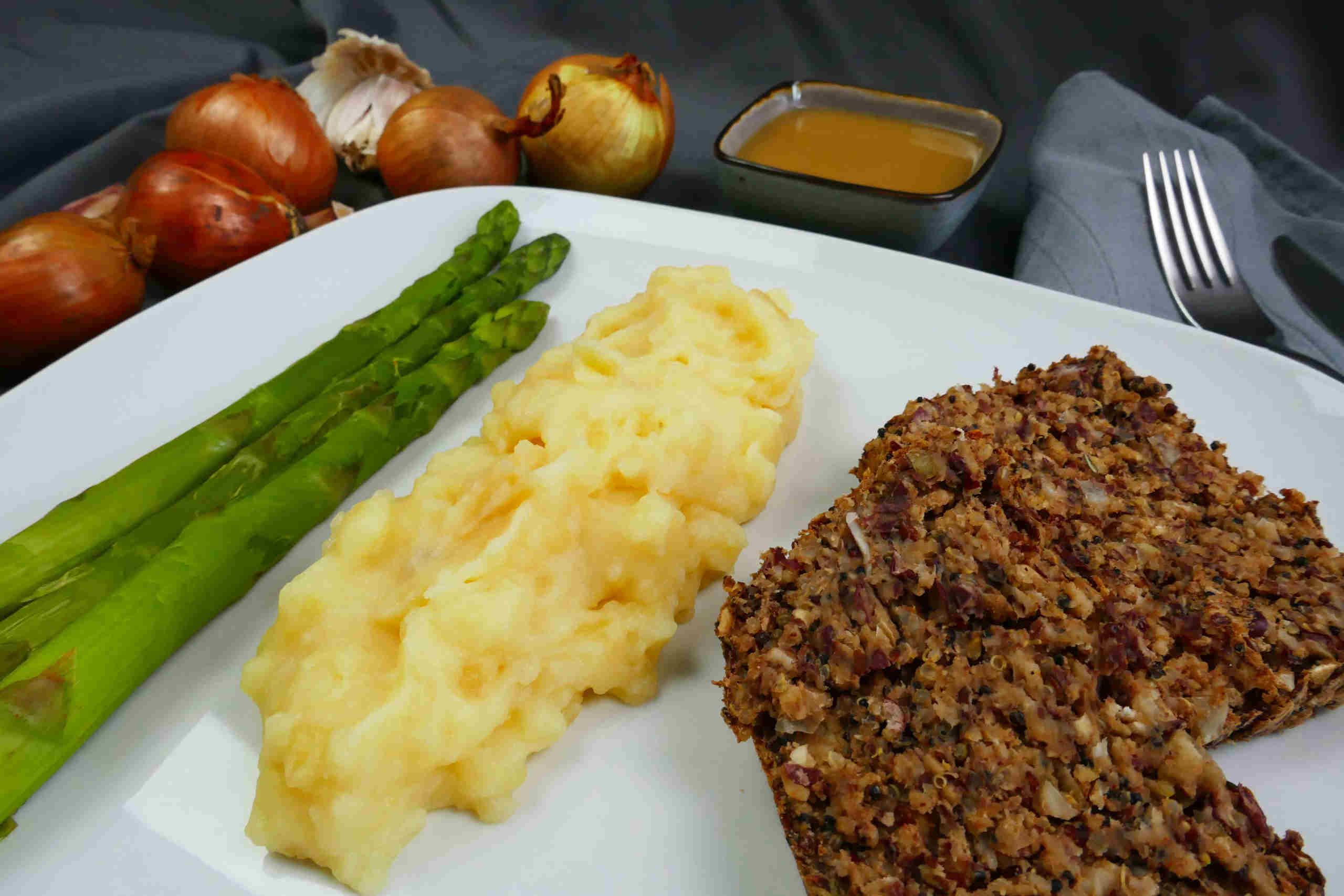 Veganer Quinoabraten mit Kartoffelpürree, grünem Spargel und veganer Bratensauce