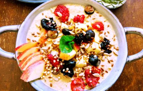 Cafe Hildebrandt Frühstück Porridge mit frischen Früchten