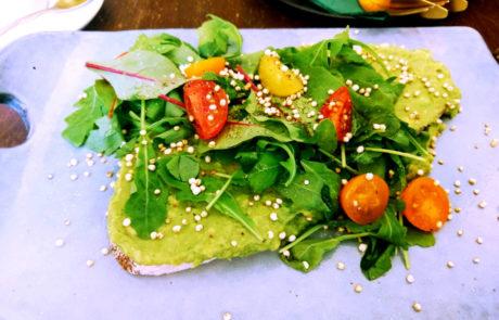 Cafe Hildebrandt Frühstück Avocadobrot auf weißem Teller